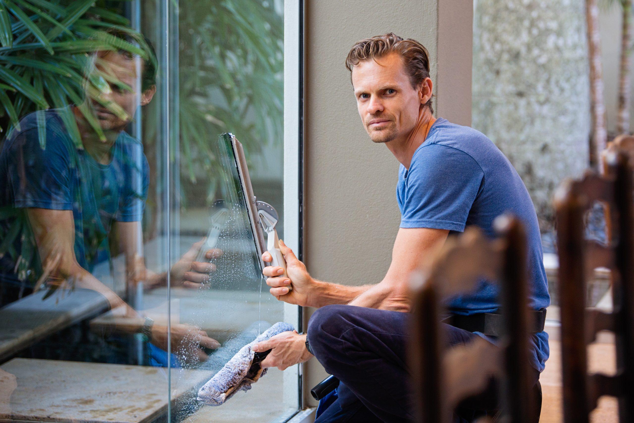 Mann rengjør vinduer